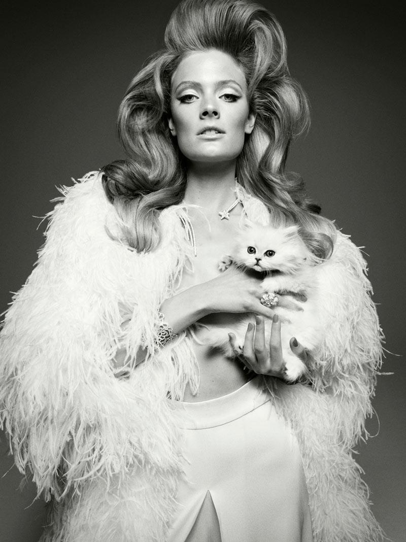 donna con pelliccia e gatto