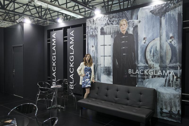 stand_blackglama_lady_fur