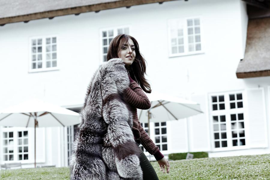 Lady Fur con coperta in pelliccia di volpe nel giardino della villa della Saga Furs a Copenhagen