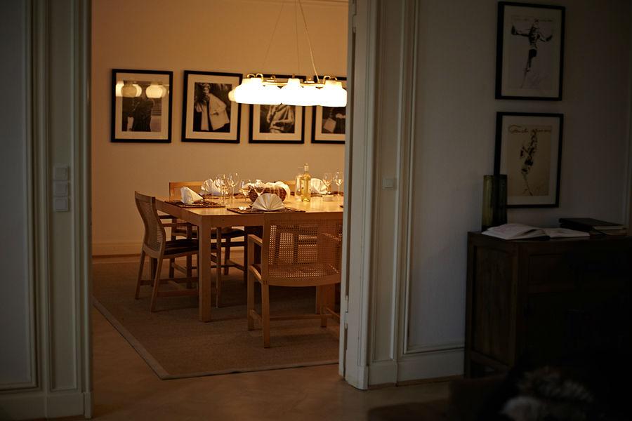 tavolo lampadario legno quadri