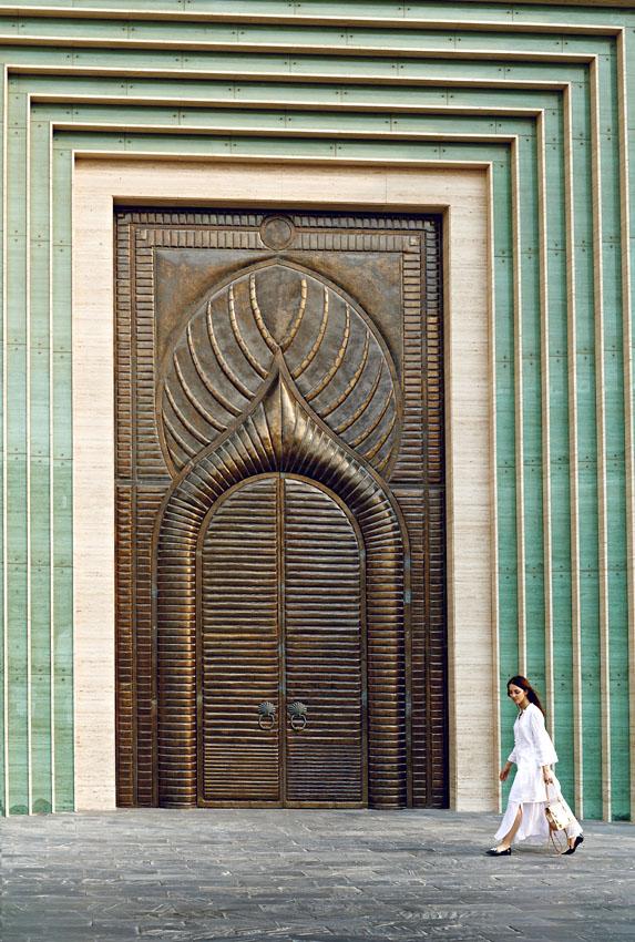 porta di una grande moschea a doha
