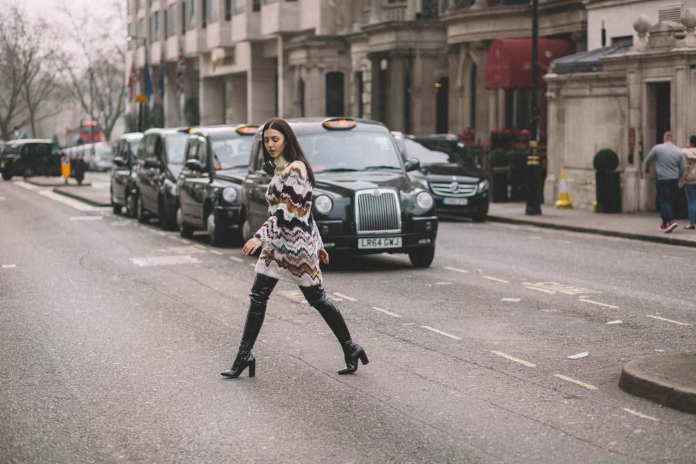 lady fur a londra attraversa la strada con pelliccia vestito