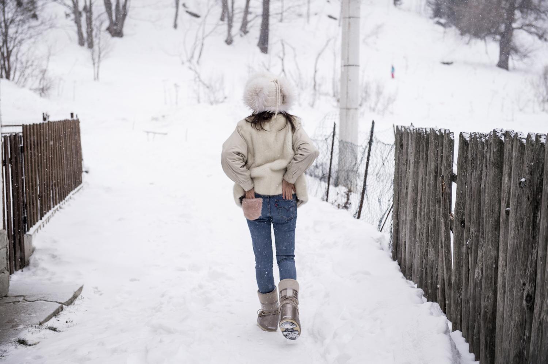 caminando nella neve in montagna