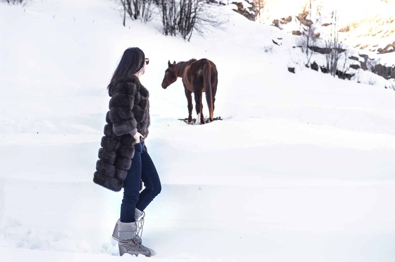 lady fur in montagna con la pelliccia cavallo nella neve