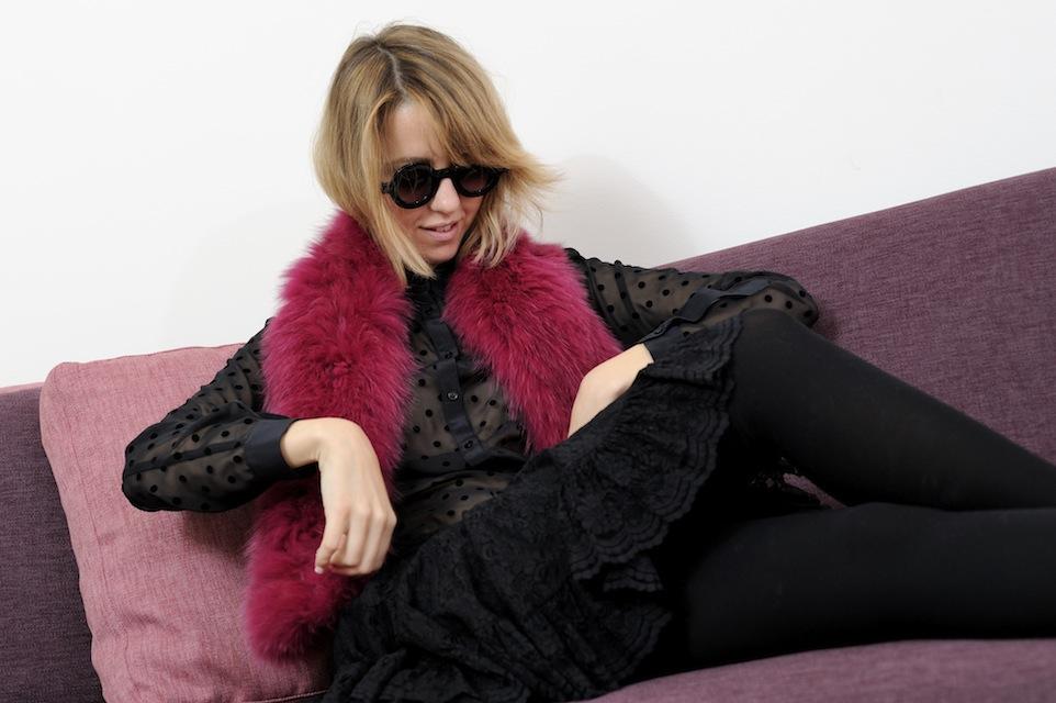 blogger con pelliccia colorata
