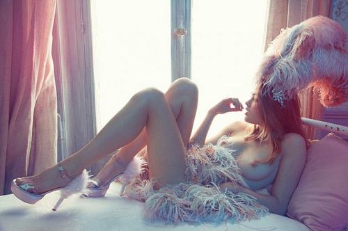 raggaza_sensuale_nuda_pelliccia_piume