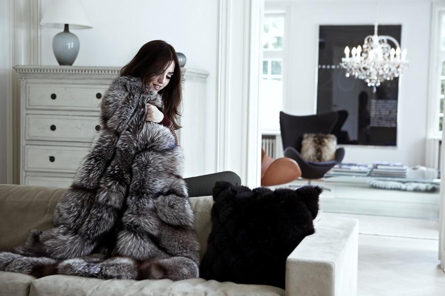 Lady Fur avvolta nella coperta di volpe