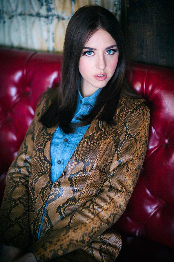 lady fur giacca pitone divano camicia azzurra