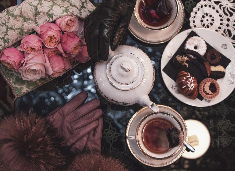 foto guanti di pelle sul tavolo tea