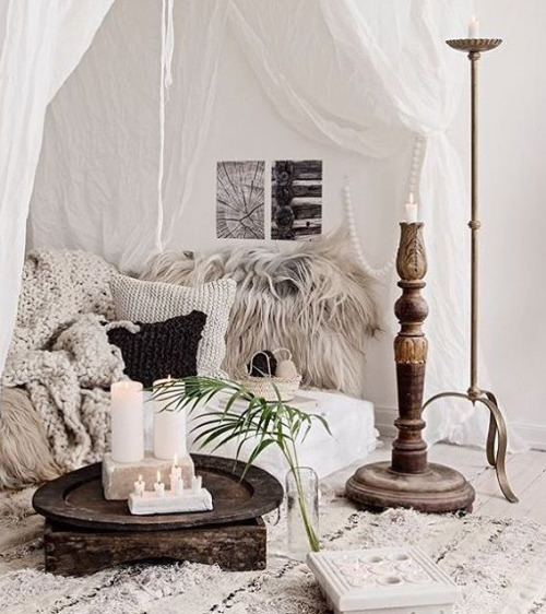 cuscino di pelliccia su letto