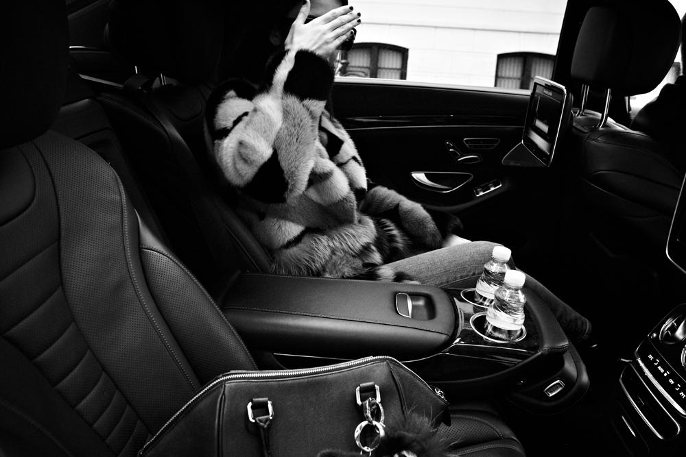 pelliccia lady fur sulla macchina con autista