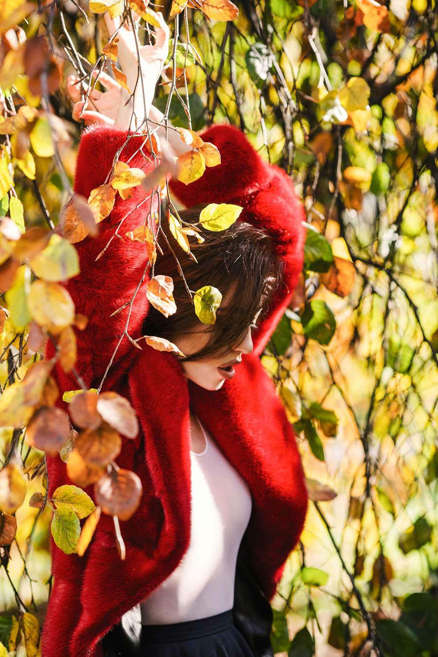 lady fur indossa visone rosso
