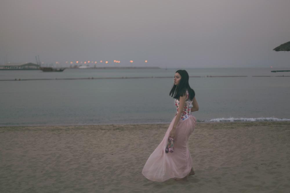 doha qatar lady fur sulla spiaggia