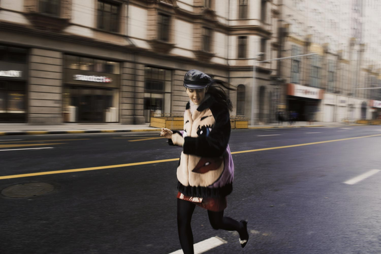 correndo a shanghai con la pelliccia bomber