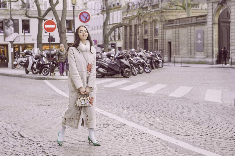camminando per parigi con la pelliccia